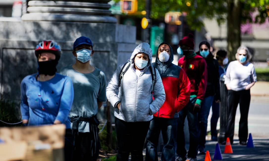 Pessoas aguardam em fila para distribuição de máscaras no Brooklyn Foto: DEMETRIUS FREEMAN / NYT/02-05-2020