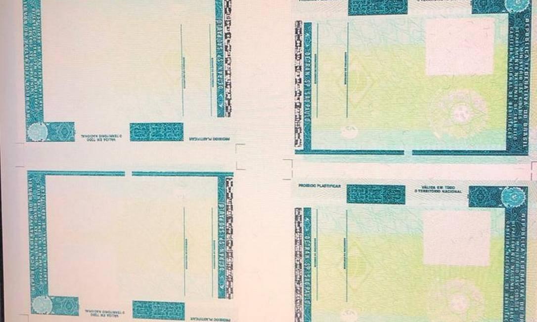 """Criminoso também tinha """"espelhos"""" em branco para produzir diversos documentos falsificados Foto: Divulgação"""