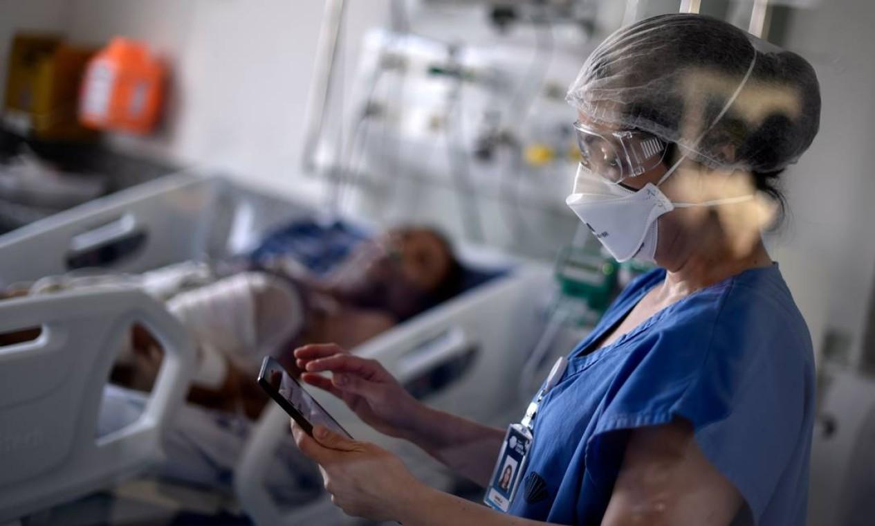 Profissional de saúde trabalha na enfermaria da Unidade de Terapia Intensiva (UTI) onde são tratados pacientes infectados com o novo coronavírus, no hospital Santa Casa em Belo Horizonte, Minas Gerais Foto: DOUGLAS MAGNO / AFP
