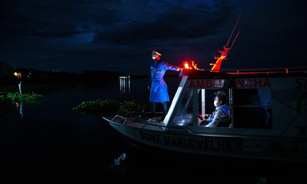 Profissionais de saúde do governo viajam de barco para visitar uma comunidade ribeirinha de Santa Maria, a fim de testar os moradores como uma medida contra a pandemia de coronavírus no sudoeste da ilha de Marajó, no Pará Foto: TARSO SARRAF / AFP
