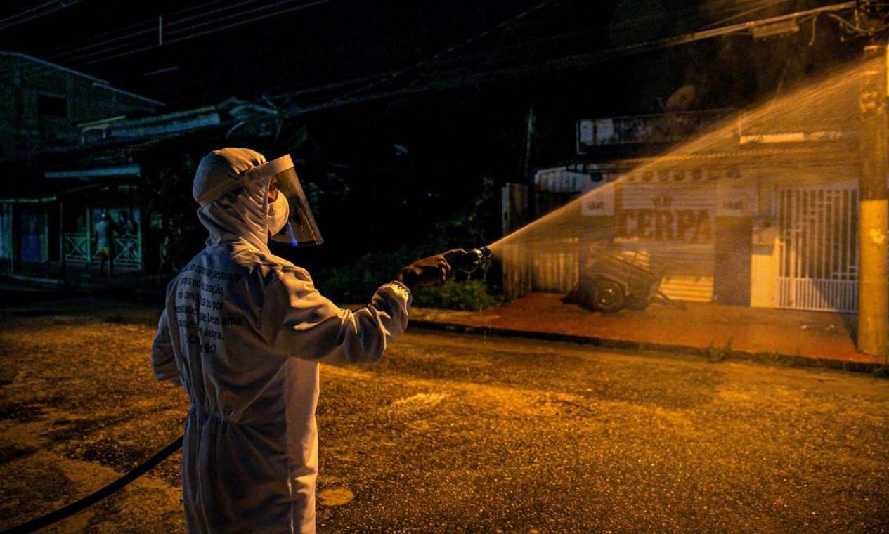 Funcionário de limpeza desinfecta uma rua no sudoeste da ilha do Marajó, no Pará Foto: TARSO SARRAF / AFP