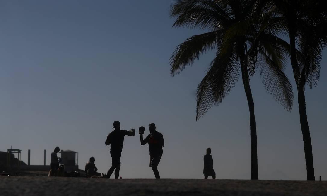 Pessoas se exercitam no primeiro dia de praias reabertas para esportes individuais, na praia de Ipanema, no Rio de Janeiro, Brasil, em 2 de junho Foto: PILAR OLIVARES / REUTERS