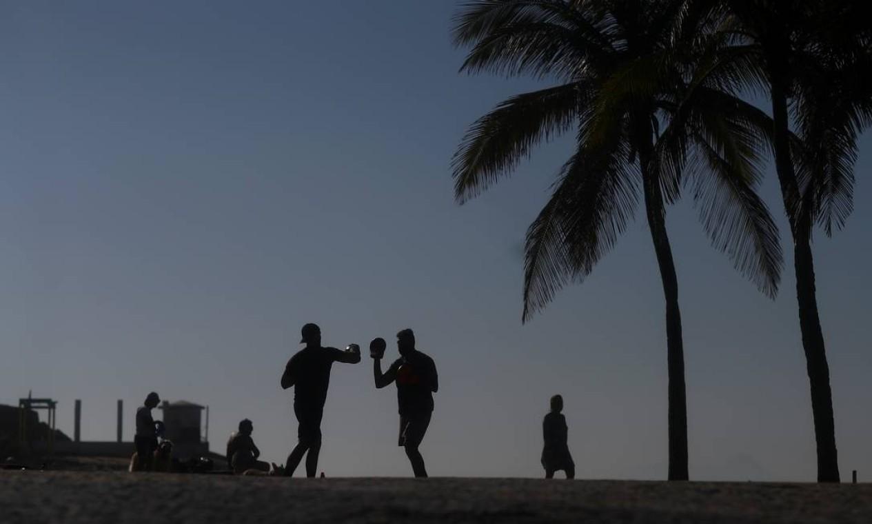 Pessoas se exercitam no primeiro dia de praias reabertas para esportes individuais, na praia de Ipanema, no Rio de Janeiro, Brasil Foto: PILAR OLIVARES / REUTERS