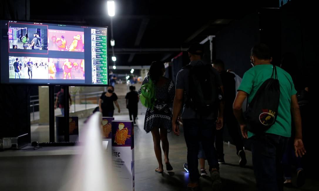 Pessoas são vistas através de uma câmera térmica usada para detectar altas temperaturas do corpo na rodoviária central e na estação central do metrô, em meio ao surto da doença por coronavírus (COVID-19), em Brasília, em 2 de junho Foto: ADRIANO MACHADO / REUTERS