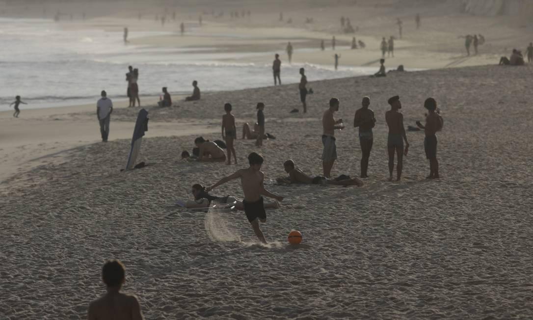 Pessoas desfrutam de tarde de sol na praia de Arpoador mesmo diante da proibição da permanência na areia das praias da cidade do Rio em meio ao surto de Covid-19, em 6 de junho Foto: RICARDO MORAES / REUTERS