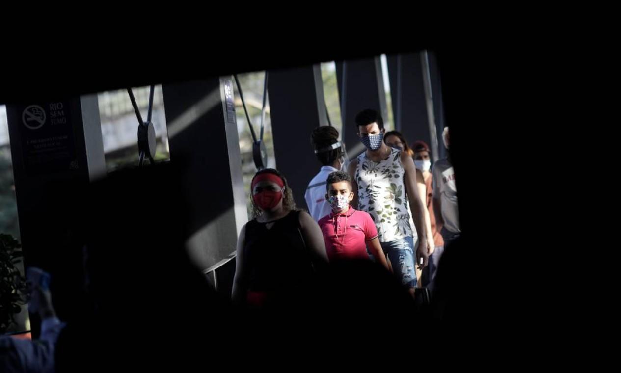 Pessoas usam máscaras protetoras e esperam na fila para entrar no shopping Nova América quando shoppings reabrem em meio ao surto de coronavírus no Rio de Janeiro Foto: RICARDO MORAES / REUTERS