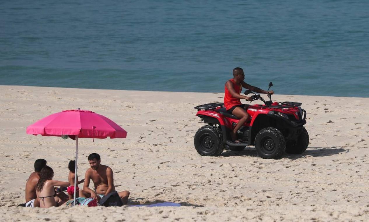 Banhistas ignoram restrições de acesso às praias cariocas, no Recreio dos Bandeirantes, Rio de Janeiro, em meio ao surto de coronavírus, em 12 de junho Foto: SERGIO MORAES / REUTERS