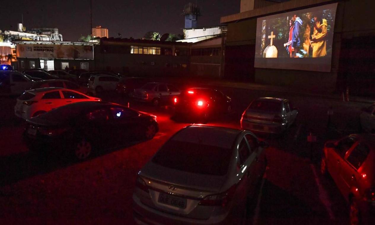 As pessoas assistem a um filme no cinema drive-in enquanto as salas de cinema permanecem fechadas, em São Paulo Foto: NELSON ALMEIDA / AFP