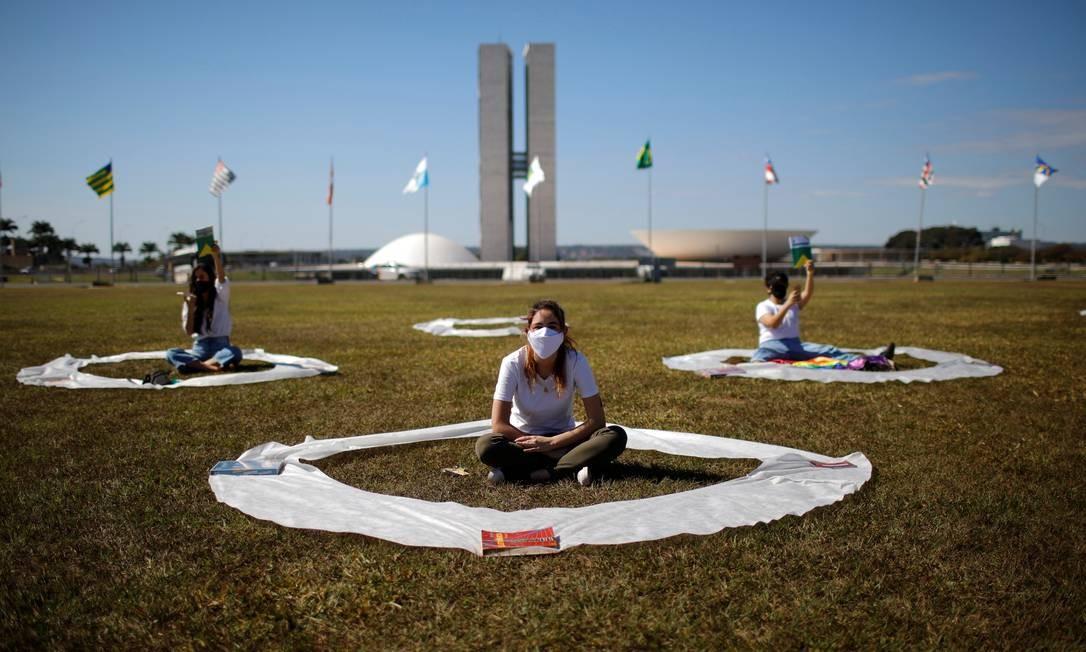 Manifestantes participam de um protesto contra o presidente Jair Bolsonaro, enquanto mantêm distância social em frente ao Congresso Nacional, em Brasília, 13 de junho Foto: ADRIANO MACHADO / REUTERS
