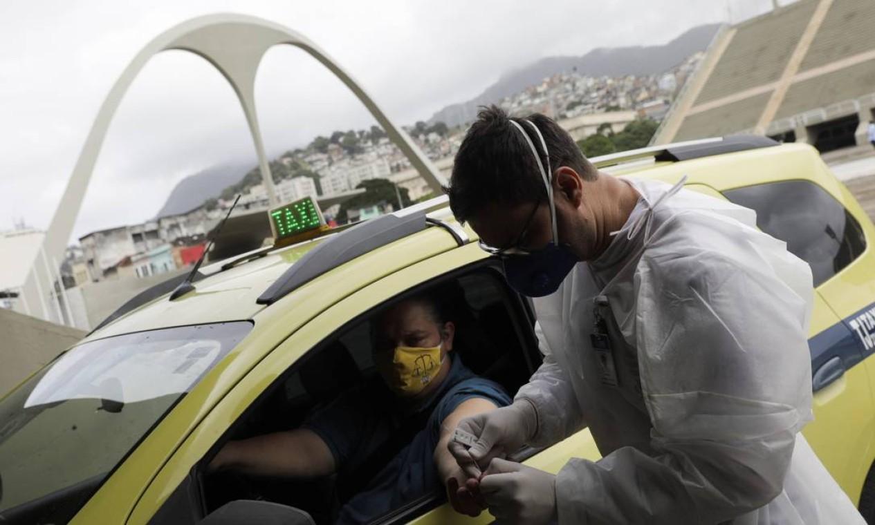 Profissionais de saúde realizam testes para COVID-19 em taxistas no sistema drive-thru no Sambódromo do Rio de Janeiro, em 15 de junho Foto: RICARDO MORAES / REUTERS