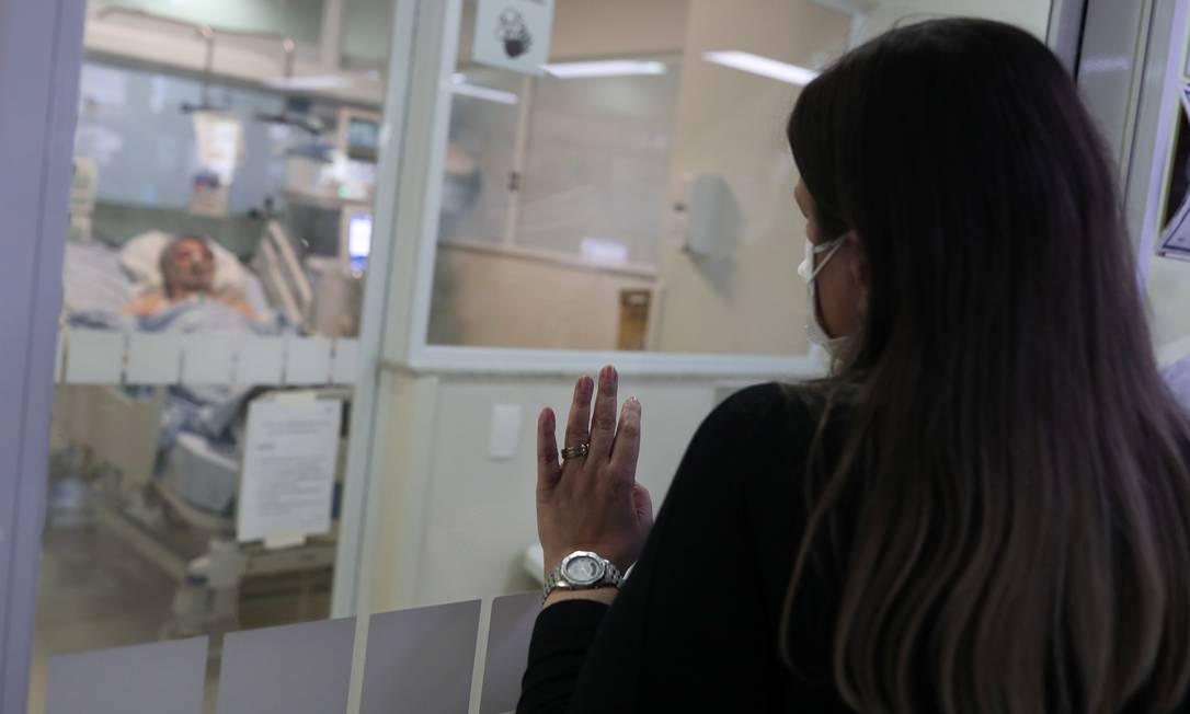 Elisete Navarro Curci visita seu marido, Adhemar Curci, internado por causa da COVID-19 na Unidade de Terapia Intensiva (UTI) do Instituto Emilio Ribas, em São Paulo Foto: AMANDA PEROBELLI / REUTERS