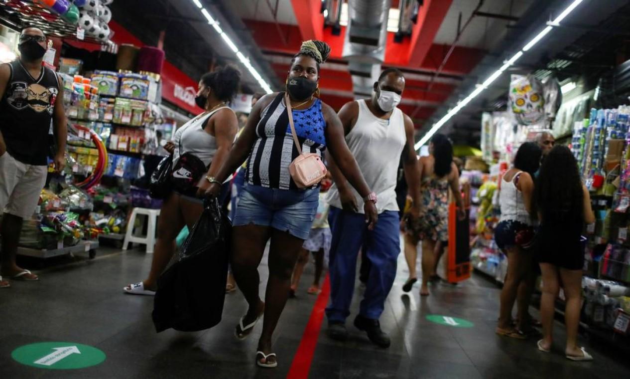 Clientes caminham pelos corredores do Mercadão de Madureira durante sua reabertura no Rio de Janeiro, Brasil, em 17 de junho Foto: PILAR OLIVARES / REUTERS