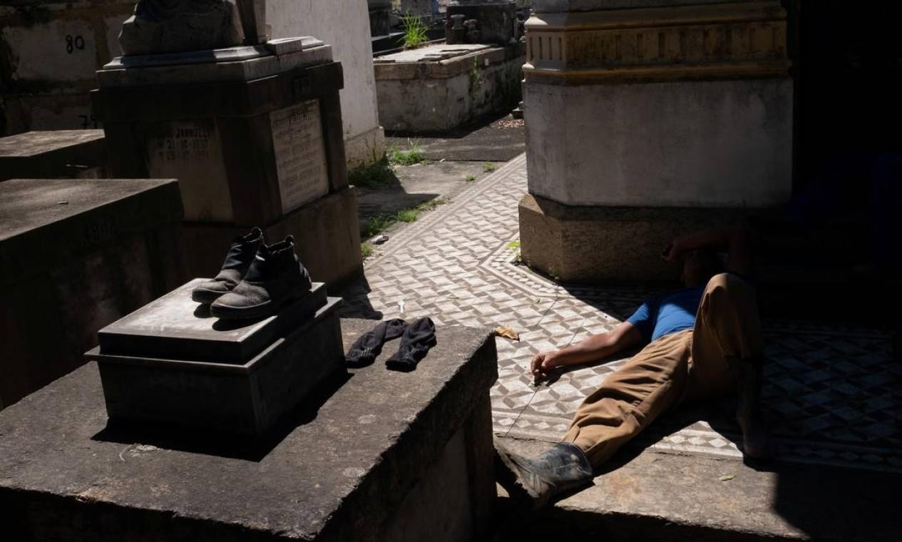 Um coveiro descansa no cemitério São Francisco Xavier, no Rio de Janeiro, durante o surto de coronavírus Foto: IAN CHEIBUB / REUTERS