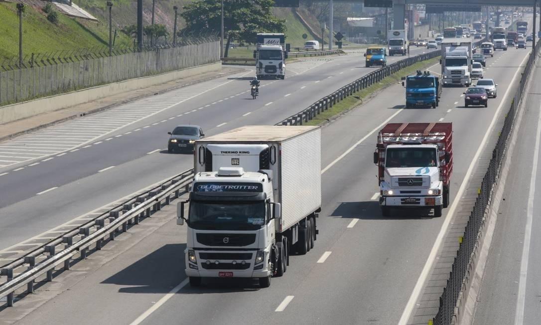 Caminhões na Via Dutra Foto: Marcos Ramos / Agência O Globo