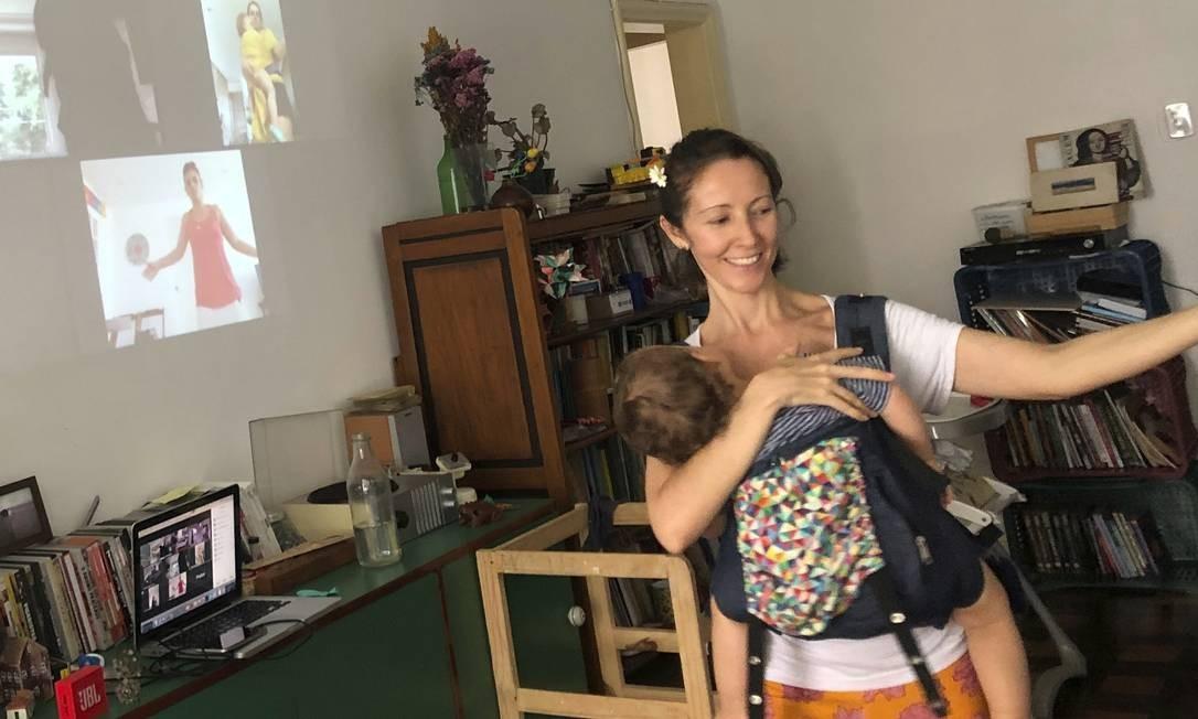 No balanço do amor. A professora Beca Furtado dá aula virtual de dança materna com o filho João no colo Foto: Divulgação/Enrique Pessôa