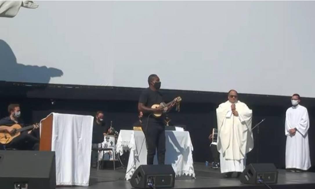 Padre Omar canta em missa na Barra da Tijuca Foto: Reprodução/Internet