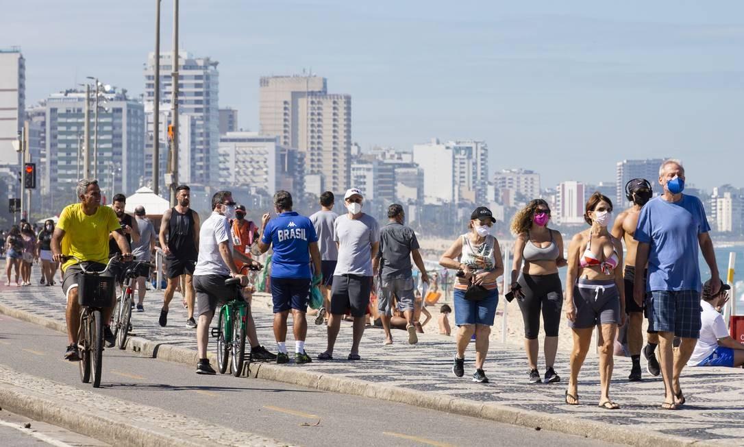 Aglomeração no calçadão do Leblon Foto: Leo Martins / Agência O Globo