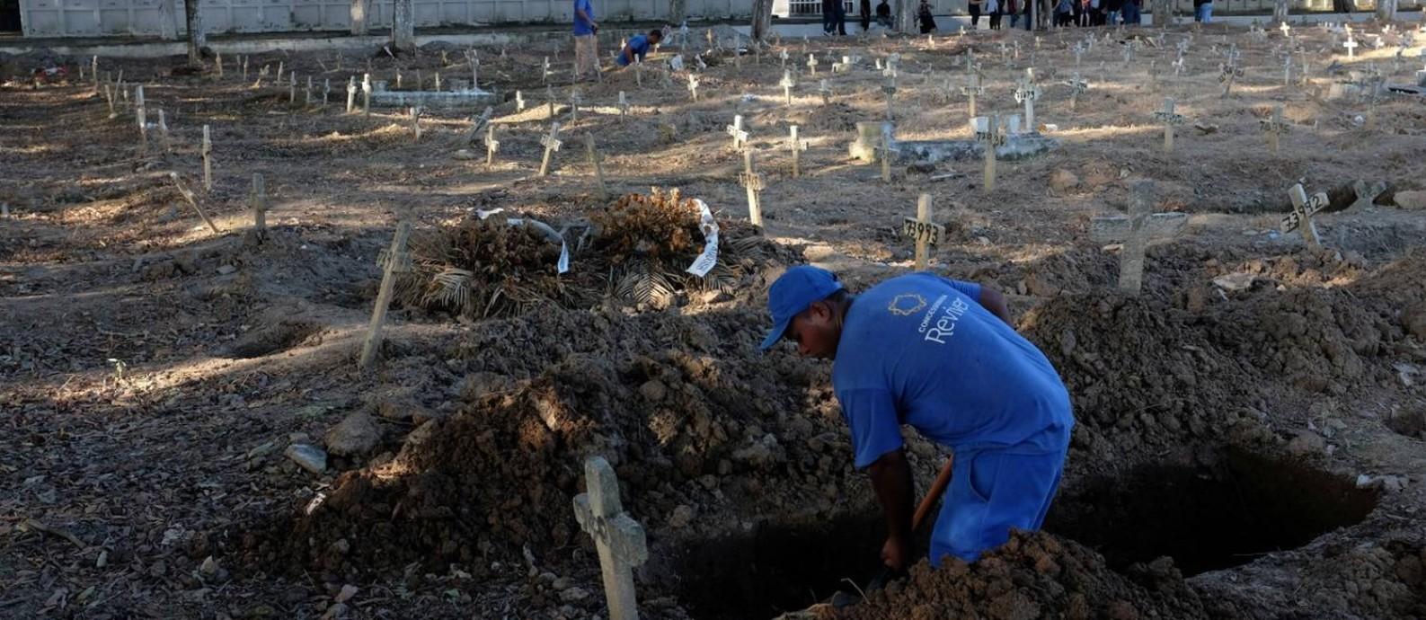 No cemitério São Francisco Xavier, no Rio de Janeiro, coveiro realiza enterro Foto: IAN CHEIBUB / REUTERS / 6-4-2020