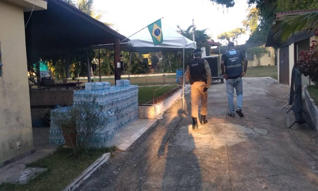 Agentes da prefeitura encontraram estrutura com mesas, cadeiras e banheiros químicos em Guuaratiba Foto: Divulgação/Seop