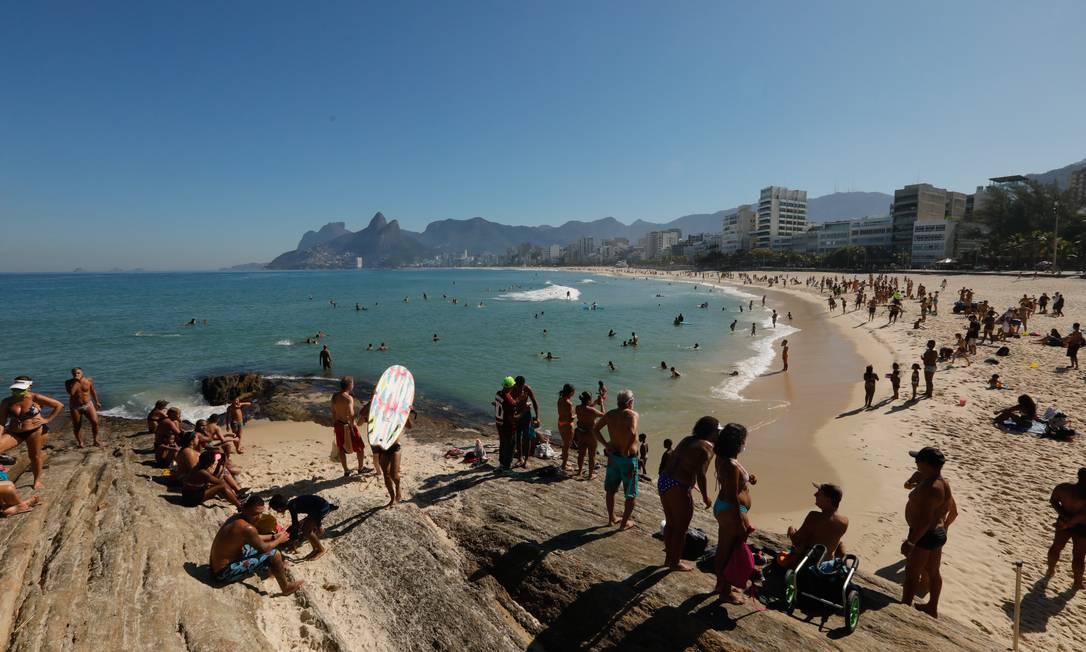 Praia do Arpoador, na Zona Sul, cheia neste domingo, dia 21 Foto: Brenno Carvalho/Agência O Globo