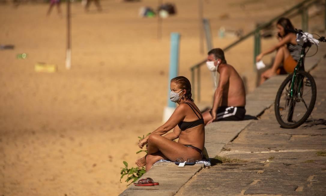Cariocas na Praia Vermelha em domingo de sol: exercícios e esportes ao ar livre inspiram mais segurança Foto: BRENNO CARVALHO / Agência O Globo