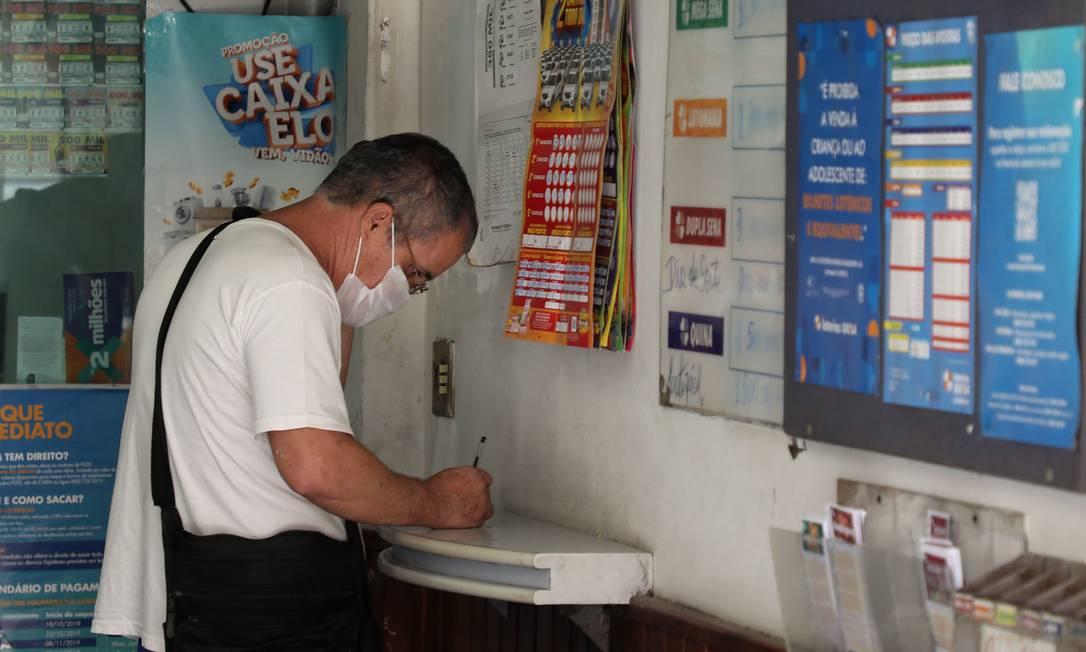Apostador faz aposta em casa lotérica Foto: Fábio Motta : Fabio Motta / Agência O Globo