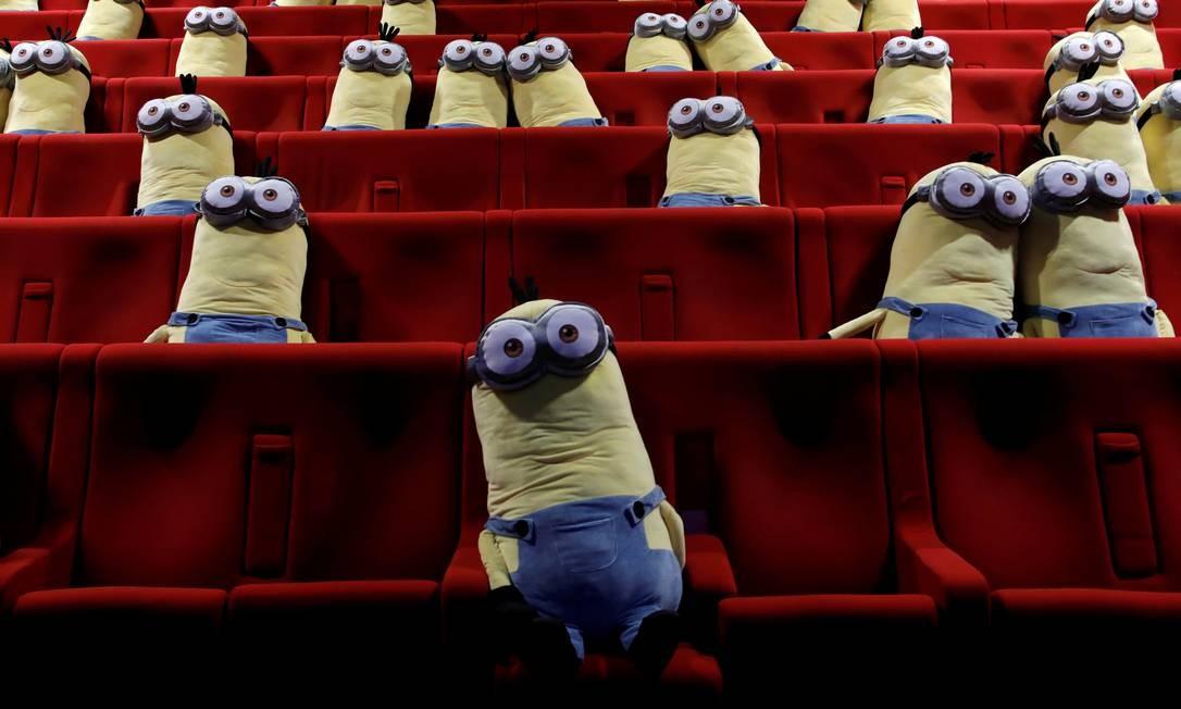 Brinquedos dos personagens Minions são vistos em cadeiras de cinema para manter o distanciamento social entre os espectadores no cinema MK2, em Paris, onde as salas estão sendo reabertas ao público, em 22 de junho Foto: BENOIT TESSIER / REUTERS