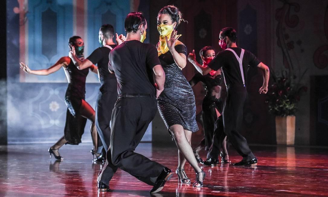 Dançarinos se apresentam durante o 14º Festival Internacional de Tango no Museu Metropolitano de Medellín, Colômbia. Festival ocorreu sob medidas especiais para impedir a propagação do novo coronavírus. Os dançarinos tiveram que usar máscaras faciais, manter distanciamento social enquanto se apresentam em grupos e dançam sem um parceiro na nova categoria solo Foto: JOAQUIN SARMIENTO / AFP