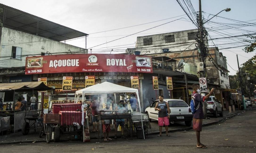 Comunidades do Rio com comércio e ambulantes funcionando Foto: Guito Moreto / Agência O Globo