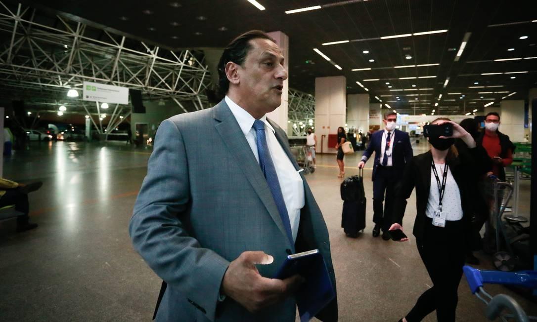 O advogado Frederick Wassef embarca no aeroporto de Brasília para o Rio de Janeiro Foto: Pablo Jacob/Agência O Globo/18-06-2020