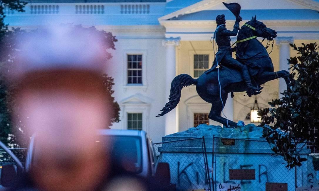 Estátua do presidente Andrew Jackson, na frente da Casa Branca, tornou-se alvo de manifestantes Foto: ERIC BARADAT / AFP