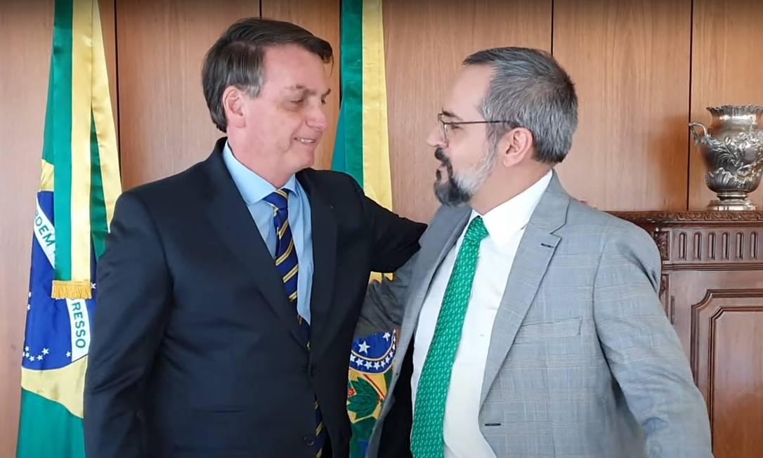 Abraham Weintraub anuncia saída do Ministério da Educação em vídeo ao lado do presidente Jair Bolsonaro Foto: Reprodução