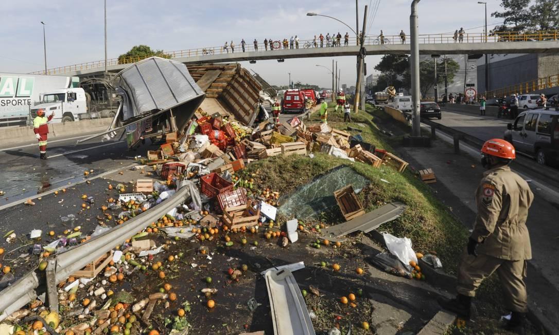 Carga de alimentos se espalhou pela Via Dutra Foto: Gabriel de Paiva / Agência O Globo