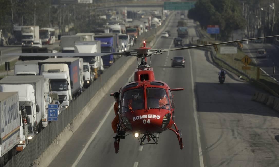 Corpo de Bombeiros usou helicóptero para levar vítima do acidente ao hospital Foto: Gabriel de Paiva / Agência O Globo