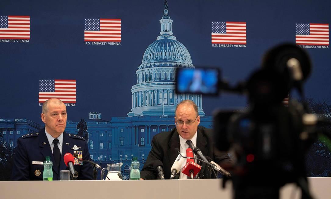 Os negociadores americanos Marshall Billingslea (D) e Thomas Bussiere dão entrevista em Viena após negociações com a Rússia Foto: JOE KLAMAR / AFP