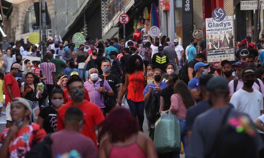 Pessoas caminham por região lotada em São Paulo, contrariando medidas de isolamento social, na última sexta-feira (19) Foto: AMANDA PEROBELLI / REUTERS