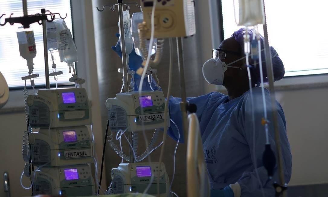 Enfermeira troca a medicação do paciente internado com Covid-19 Foto: AMANDA PEROBELLI / REUTERS