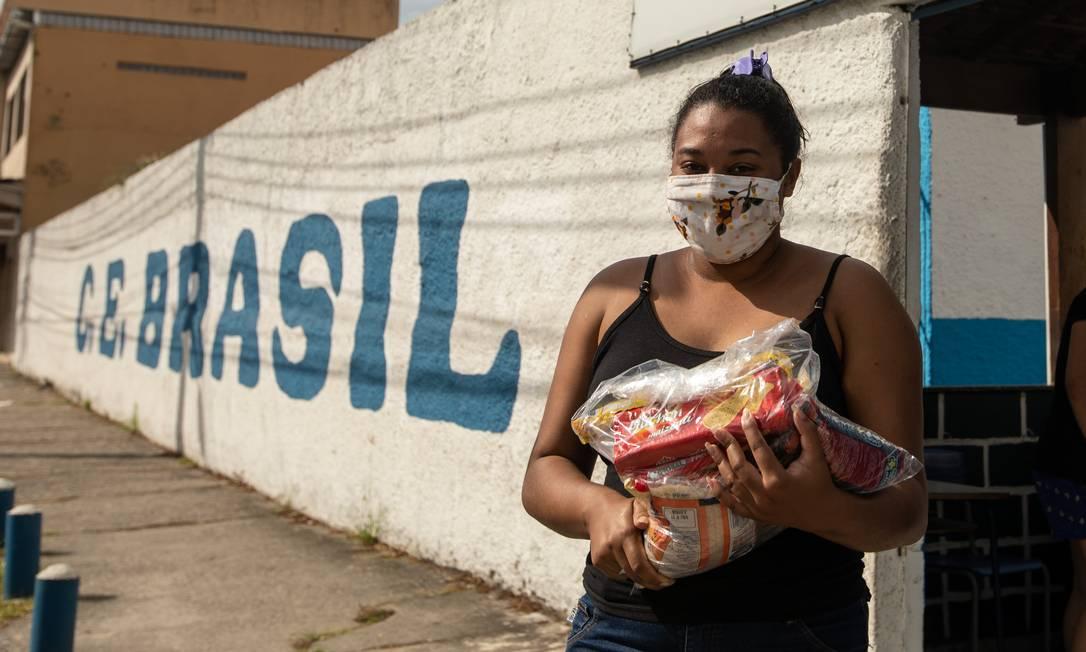 Fábila com a cesta básica composta por oito itens que foi distribuída pelo Colégio estadual Brasil, em Mesquita Foto: BRENNO CARVALHO / Agência O Globo