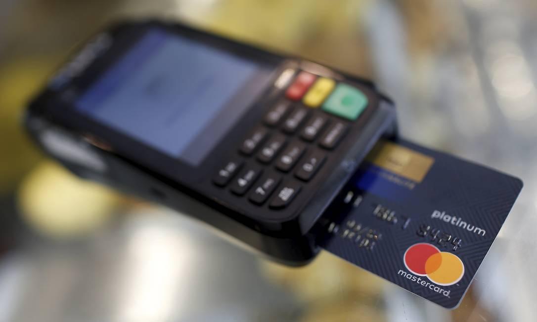 O cartão de crédito é o maior vilão das famílias brasileiras endividadas Foto: Marcelo Theobald / Agência O Globo