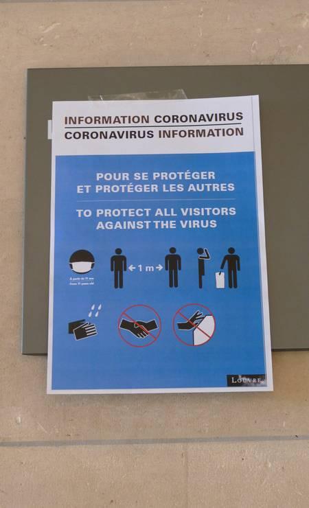 Cartazes com novas diretrizes já estão espalhados no Louvre Foto: Fernando Eichenberg / Agência O Globo