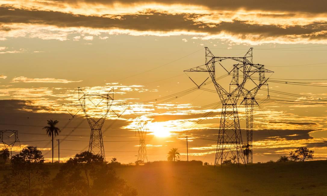Torres de transmissão de energia elétrica no interior de São Paulo: Custo de empréstimo deve pesar nas contas de luz a partir de 2021 Foto: Edilson Dantas / Agência O Globo