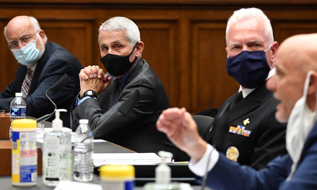 Epidemiologistas dos EUA que trabalham no combate à Covid-19 no país prestaram esclarecimentos na Câmara Foto: Kevin Dietsch / AFP