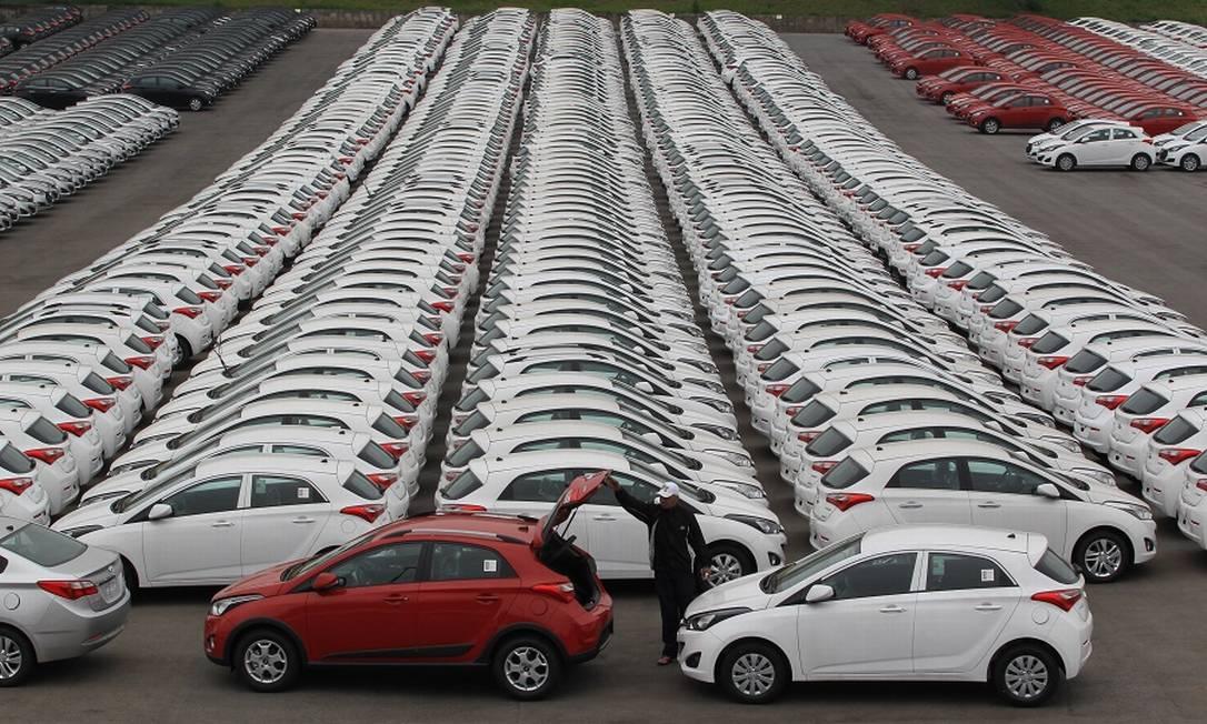 Estoques de carros aumentaram com queda na demanda durante a crise. Foto: Marcos Alves / Agência O Globo