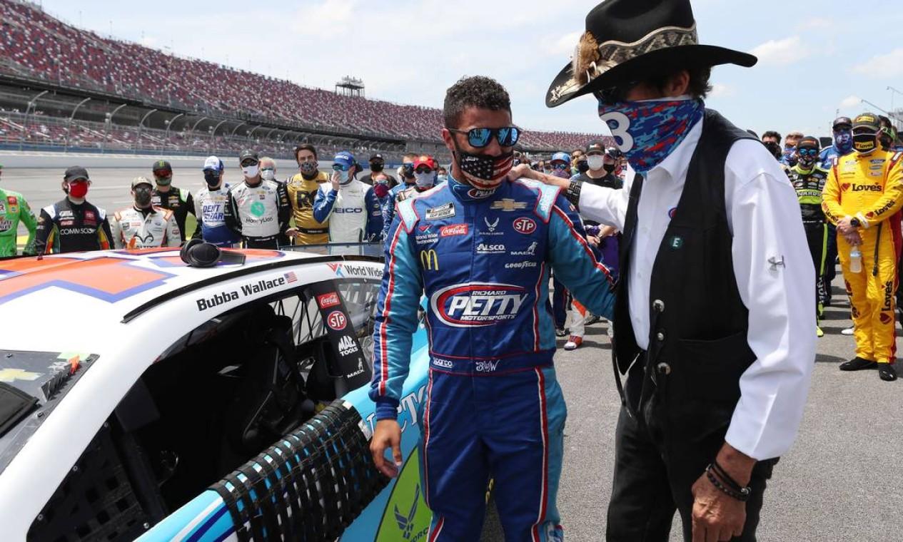 O piloto Bubba Wallace recebe o apoio e carinho do piloto veterano Richard Petty Foto: Chris Graythen / AFP
