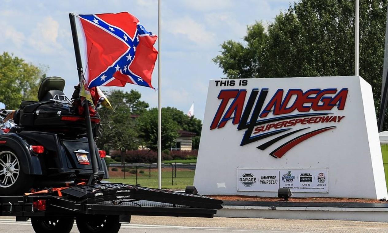 Bandeira sulista é levada para fora do circuito de Talladega Foto: Carmen Mandato / AFP