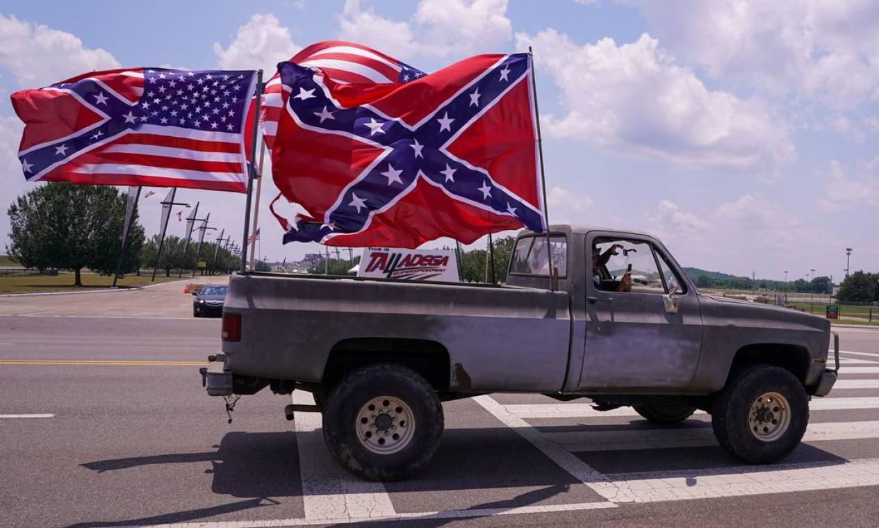 Nascar proibiu a bandeira confederada em suas competições. Defensores do símbolo, associado à escravidão no Estados Unidos, reagiram com protestos no último domingo Foto: Marvin Gentry / USA TODAY Sports