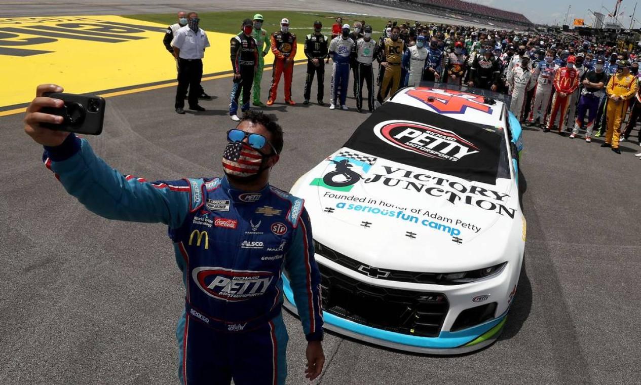 Bubba Wallace recebe apoio de pilotos de outras equipes da Nascar, categoria do automobilismo americano, nesta segunda-feira (22), em Talladega, Alabama Foto: Chris Graythen / AFP