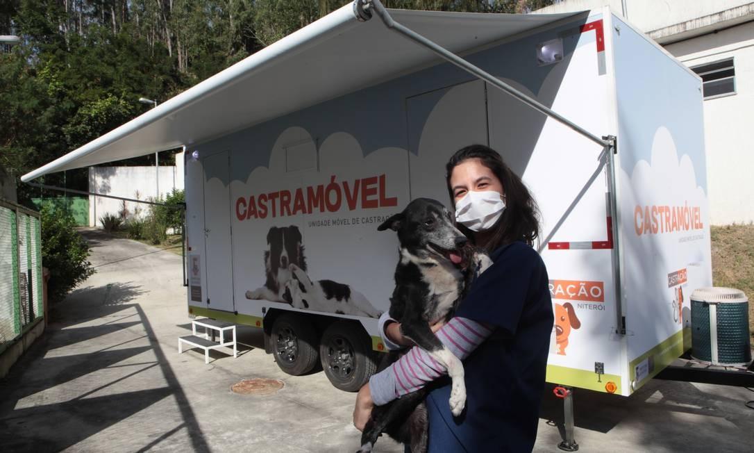 A estagiária de veterinária Renata da Silva segura o cachorro Pretinho diante do castramóvel, que a partir de agosto circulará pelos bairros de Niterói Foto: Divulgação / Berg Silva