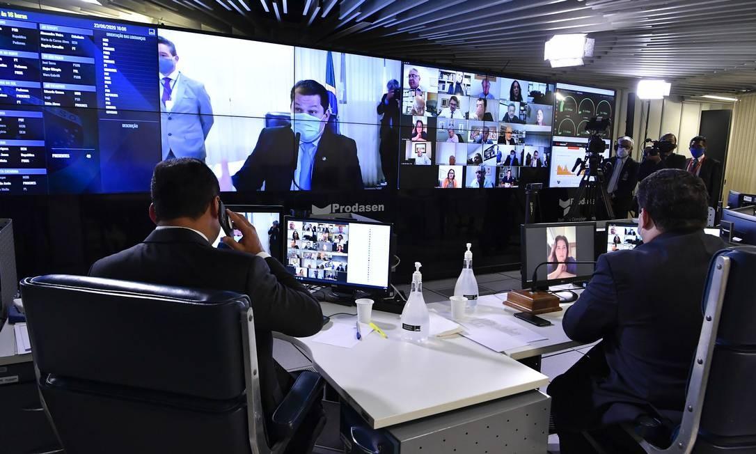 Em sessão remota, senadores propuseram que as eleições aconteçam nos dias 15 e 29 de novembro Foto: Waldemir Barreto / Agência O Globo