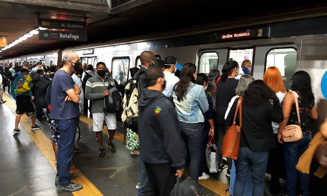 Passageiros se aglomeram antes de entrarem em composição do metrô nesta terça-feira Foto: FABIANO ROCHA / Agência O Globo